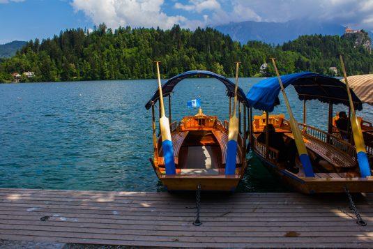 Bootjes bij Bled's Eiland