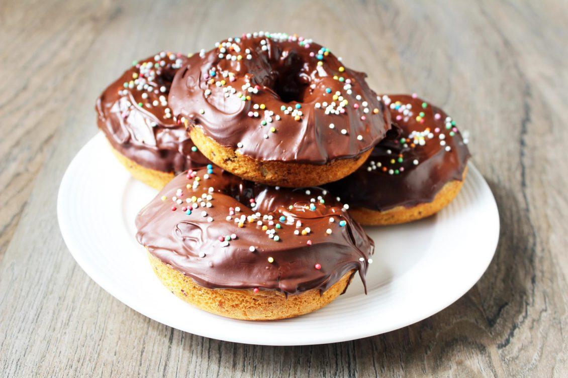 De donuts met de chocolade topping