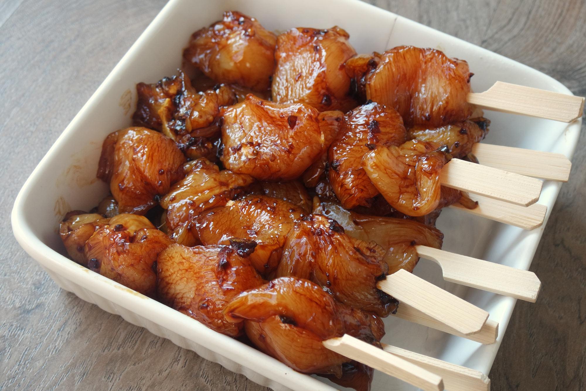 Gemarineerde kip op stokje