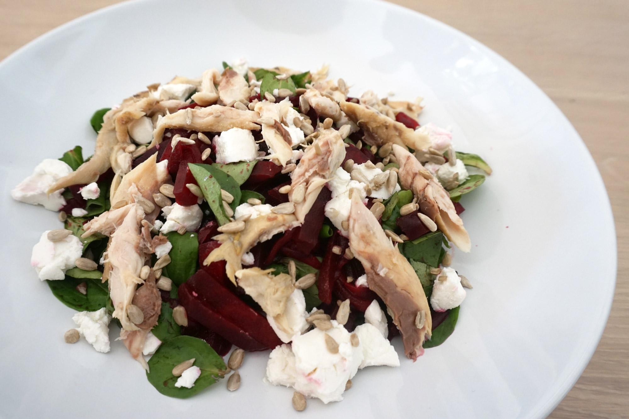 Rode bieten salade met gerookte makreel