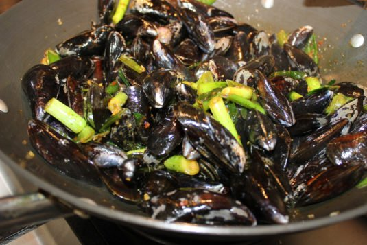 Oosterse curry mosselen: Mosselen in de pan