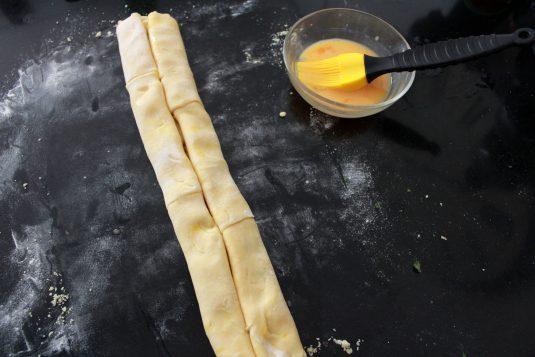 Kaasvlinders: Vouw het nog 1 maal dubbel om de perfecte vorm te krijgen voor de kaasvlinders