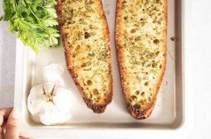 Zelfgemaakte knoflookbrood