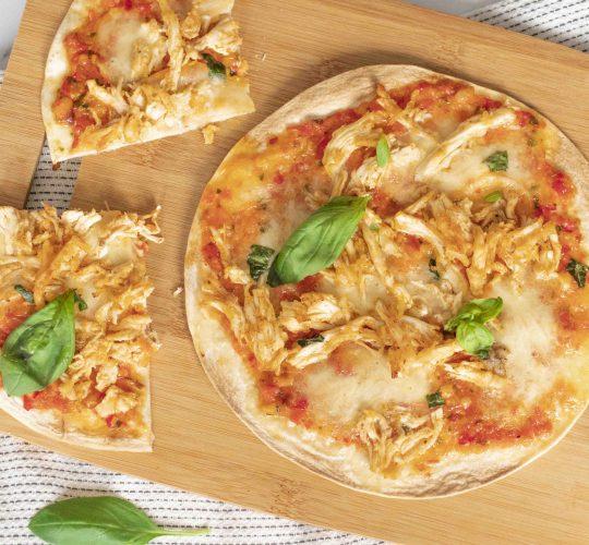 Tortizza met Pulled Chicken, Rode Paprika Pesto en Mozzarella