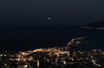 Uitzicht over Zakynthos-stad met bloedmaan