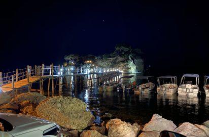 Cameo Island wordt 's avonds verlicht