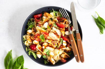 Caprese pastasalade met gegrilde kip