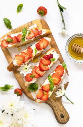 Crostini's met geitenkaas en aardbeien